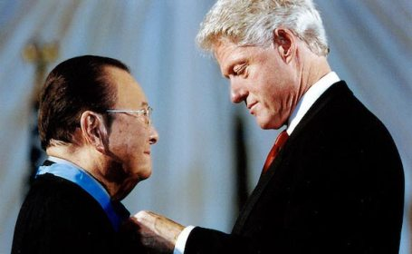 Sen. Inouye receives Medal of Honor from President Clinton(Inouye Senate Office website)