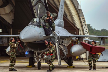 Airmen de-arm F-16 during base readiness exercise